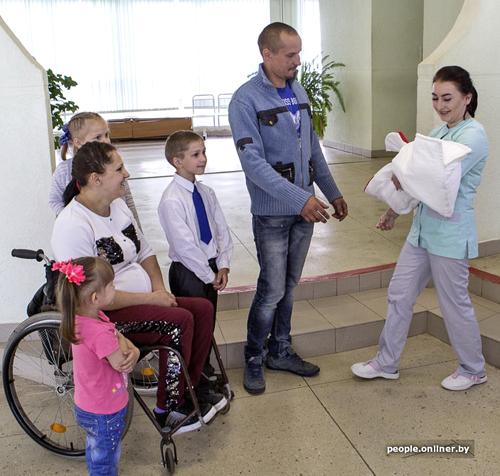 Белоруска в коляске родила четвертого ребенка